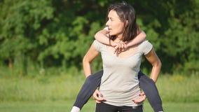 Família bonita que faz os empurrões físicos exteriores A família inclina e ostenta exercícios no campo de futebol na grama vídeos de arquivo
