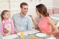A família bonita tem um almoço no café foto de stock