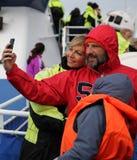 A família bonita toma uma imagem do selfie no barco Foto de Stock