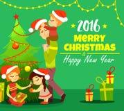 Família bonito dos desenhos animados que decora a árvore de Natal e que comemora o Natal Fotografia de Stock