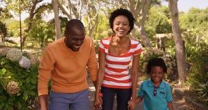A família bonito está andando no parque video estoque
