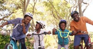 A família bonito está levantando com suas bicicletas video estoque