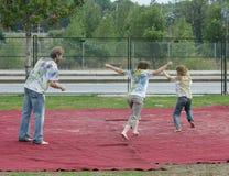 Família brincalhão durante Holi Foto de Stock