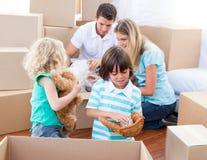 Família caucasiano que desembala caixas imagens de stock royalty free