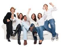 Família Cheering que presta atenção à tevê fotos de stock royalty free