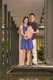 Família chinesa asiática nova com filho do bebê de cinco meses Fotos de Stock