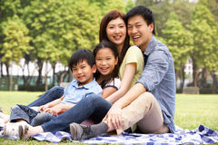 Família chinesa nova que relaxa no parque junto Foto de Stock Royalty Free