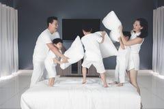 Família chinesa que luta com o descanso no quarto imagem de stock