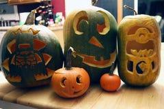 Família cinzelada Dia das Bruxas das Jack-o-lanternas das abóboras Fotografia de Stock Royalty Free