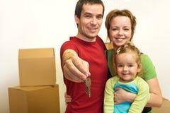 Família com as chaves de sua HOME nova fotos de stock royalty free