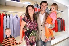 Família com as crianças do twio na loja da roupa imagem de stock royalty free