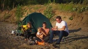 Família com as crianças em feriados de acampamento filme