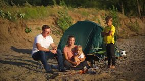 Família com as crianças em feriados de acampamento vídeos de arquivo