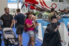 Família com as crianças na exposição da aviação fotos de stock
