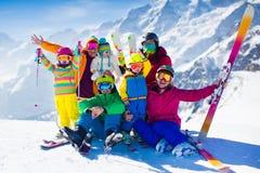 Família com as crianças nas montanhas fotos de stock