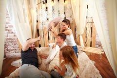 Família com as crianças que jogam com descansos em casa na cama Imagens de Stock