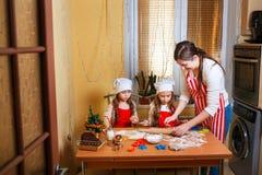 Família com as crianças que preparam cookies para o Xmas na cozinha foto de stock