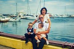 Família com as duas crianças no porto imagem de stock royalty free