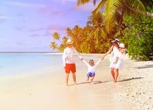 Família com as duas crianças que jogam na praia Foto de Stock Royalty Free