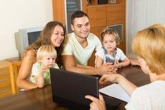 Família com assistente social imagens de stock royalty free