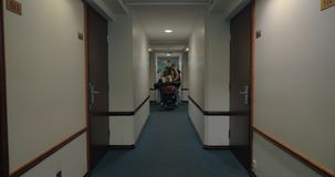 Família com a bagagem que chega no hotel video estoque