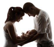 Família com bebê recém-nascido. Os pais mostram em silhueta sobre o branco