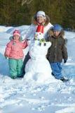 Família com boneco de neve imagens de stock