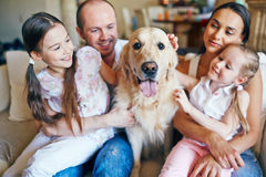 Família com cão fotografia de stock royalty free