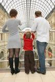 Família com a criança na loja Fotografia de Stock Royalty Free
