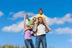 Família com crianças em um prado Foto de Stock Royalty Free