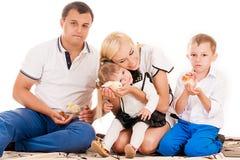 Família com crianças novas Fotografia de Stock Royalty Free