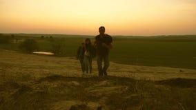 A família com crianças viaja com trouxas Família feliz dos turistas em férias conceito do turismo dos esportes Paizinho dos viaja filme