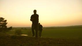A família com crianças viaja com trouxas Família feliz dos turistas em férias conceito do turismo dos esportes Paizinho dos viaja video estoque