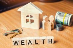 A família com dinheiro está estando perto de sua casa conceito da vida da riqueza e um feliz bem-dotado inscription fotos de stock royalty free