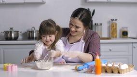 A família com necessidades especiais caçoa a preparação da padaria filme