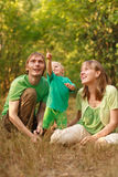 Família com o bebê que aponta acima Fotografia de Stock