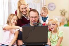 Família com o computador que tem a videoconferência Fotos de Stock Royalty Free