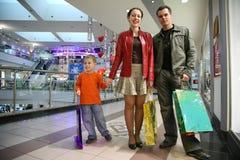 Família com o menino na loja Fotos de Stock Royalty Free