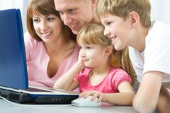 Família com o portátil Imagem de Stock Royalty Free
