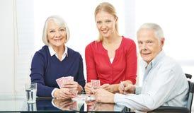 Família com os cartões de jogo superiores dos povos fotografia de stock royalty free