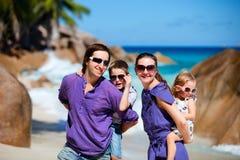 Família com os dois miúdos em férias Fotografia de Stock