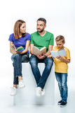 Família com os livros de uma leitura da criança Imagem de Stock