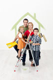 Família com os miúdos que pintam sua HOME nova fotos de stock