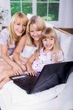 Família com portátil fotos de stock royalty free