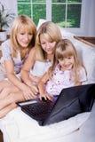 Família com portátil fotos de stock
