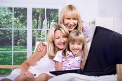 Família com portátil imagens de stock royalty free