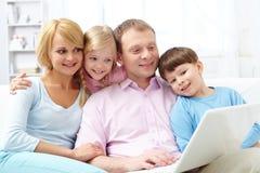 Família com portátil fotografia de stock royalty free