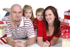 Família com presentes fotos de stock