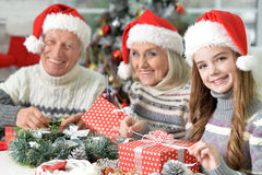 Família com presentes de Natal Fotografia de Stock
