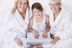 Família com um portátil Fotos de Stock